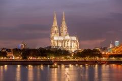 De verlichte Kathedraal van Keulen bij nacht in Keulen Stock Foto