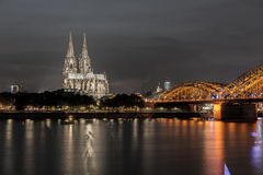 De verlichte Kathedraal van Keulen bij nacht in Keulen Royalty-vrije Stock Fotografie
