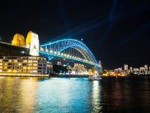 De verlichte lichten op de havenbrug van Sydney in Levendig Sydney is een jaarlijks die festival van licht, muziek en ideeën, in  stock fotografie