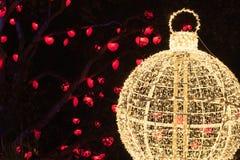 De verlichte lichten van de Kerstmisdecoratie in stad royalty-vrije stock foto's
