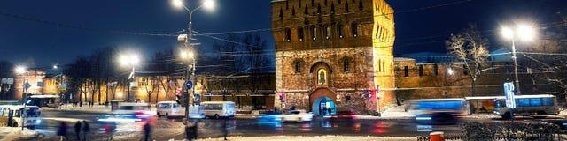 De de verlichte muur en hoofdingang van het Kremlin in Nizhny Novgorod royalty-vrije stock afbeelding