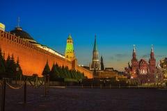 De verlichte muur van het Kremlin in Moskou, Rusland royalty-vrije stock fotografie