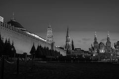 De verlichte muur van het Kremlin in Moskou, Rusland bij nacht stock afbeeldingen
