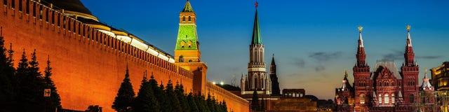 De verlichte muur van het Kremlin in Moskou, Rusland bij nacht stock fotografie