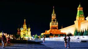 De verlichte muur van het Kremlin in Moskou, Rusland bij nacht met Heilige Basil Cathedral stock videobeelden
