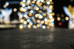 De verlichte Nieuwjaarboom glanst op de achtergrond stock foto's