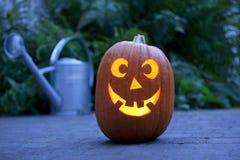 De verlichte pompoen van Halloween in de tuin Stock Afbeeldingen