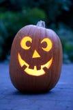 De verlichte pompoen van Halloween in de tuin Royalty-vrije Stock Afbeelding