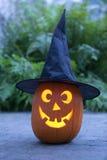 De verlichte pompoen van Halloween met zwarte hoed Royalty-vrije Stock Afbeelding