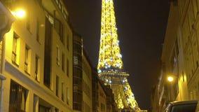 De verlichte Toren van Eiffel in nacht Parijs, beroemde oriëntatiepuntmening van de straat stock footage