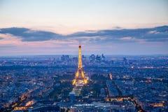 De verlichte toren van Eiffel in Parijs bij nacht royalty-vrije stock afbeeldingen
