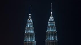 De verlichte Tweelingtorens van Petronas, Kuala Lumpur Stock Afbeelding