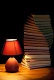 De verlichtende boeken van de lamp Stock Foto's