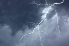 De verlichting in dramatische stormachtige hemel Stock Foto