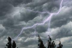 De verlichting in dramatische stormachtige hemel Stock Afbeeldingen