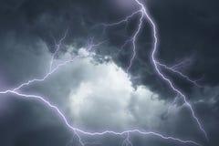 De verlichting in dramatische stormachtige hemel Stock Afbeelding