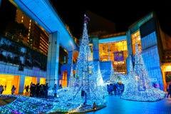 De verlichting steken omhoog aan bij bij Caretta-winkelcomplex in Shiodome-district, Odaiba, Japan Stock Fotografie