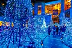 De verlichting steken omhoog aan bij bij Caretta-winkelcomplex in Shiodome-district, Odaiba, Japan Royalty-vrije Stock Afbeelding