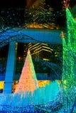De verlichting steken omhoog aan bij bij Caretta-winkelcomplex in Shiodome-district, Odaiba, Japan Royalty-vrije Stock Fotografie