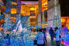 De verlichting steken omhoog aan bij bij Caretta-winkelcomplex in Shiodome-district, Odaiba, Japan Stock Afbeelding