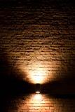 De verlichting van de muur in dark Stock Foto's