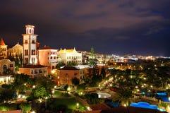 De verlichting van de nacht van luxehotel tijdens zonsondergang Stock Fotografie