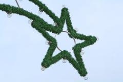 De verlichting van Kerstmis op een blauwe achtergrond royalty-vrije stock foto's