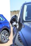 De verlichting van de straat Heldere zon het close-up van de autospiegel er zijn het stemmen royalty-vrije stock afbeelding