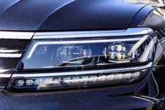 De verlichting van de straat Heldere zon koplamp Close-up er zijn het stemmen royalty-vrije stock afbeelding