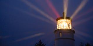 De Verlichting van vuurtorenstralen in Maritieme Zeevaart van het Regenonweer Royalty-vrije Stock Foto