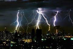 De verlichtingsbout van het donderonweer op de horizontale hemel en de stad scape Royalty-vrije Stock Afbeeldingen