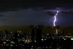 De verlichtingsbout van het donderonweer op de horizontale hemel en de stad scape Stock Foto's