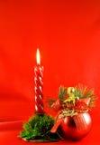 De verlichtingskaars van Kerstmis en rode bal stock afbeelding
