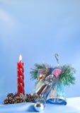 De verlichtingskaars van Kerstmis en zilveren klokken stock afbeelding
