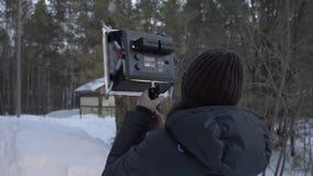 De verlichtingsmateriaal van de vrouwengreep voor het professionele video schieten Coulisseconcept stock footage