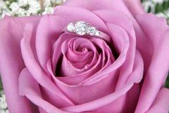 De verlovingsring in Roze nam toe stock afbeeldingen