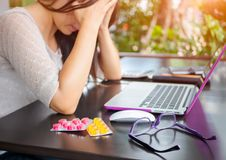 De vermoeide bedrijfsvrouw heeft hoofdpijn van bureausyndroom stock afbeelding