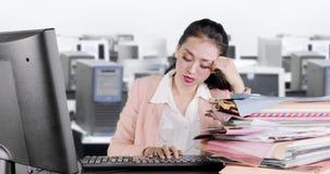 De vermoeide bedrijfsvrouw kijkt slaperig en geeuwend stock videobeelden