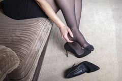 De vermoeide bedrijfsvrouw voelt pijn royalty-vrije stock afbeeldingen