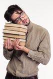 De vermoeide boeken en de slaap van de mensenholding Stock Fotografie