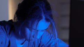 De vermoeide slaap van de het ziekenhuisbeheerder voor laptop, het twintig-vier-uur werk stock videobeelden