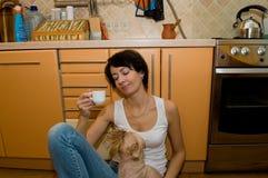 De vermoeide vrouw en de hond Stock Afbeelding