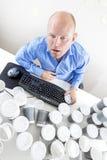 De vermoeide zakenman drinkt teveel koffie op kantoor Royalty-vrije Stock Fotografie