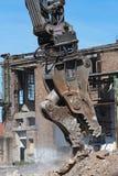 De vernieling grijpt van een graafwerktuig op een bouwwerf vast tijdens royalty-vrije stock afbeeldingen