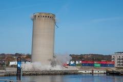 De vernieling van een silo beëindigt slecht aangezien de silo in de verkeerde richting valt, silo die neer vallen Royalty-vrije Stock Afbeelding