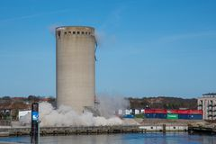 De vernieling van een silo beëindigt slecht aangezien de silo in de verkeerde richting valt, silo die neer vallen Stock Afbeelding