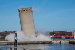 De vernieling van een silo beëindigt slecht aangezien de silo in de verkeerde richting valt, silo die in verkeerde richting valle Royalty-vrije Stock Afbeeldingen