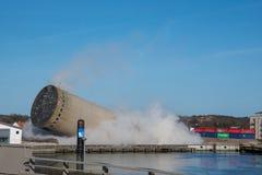 De vernieling van een silo beëindigt slecht aangezien de silo in de verkeerde richting valt, silo die in verkeerde richting valle Stock Foto
