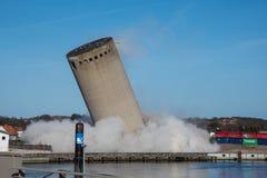 De vernieling van een silo beëindigt slecht aangezien de silo in de verkeerde richting valt, silo die in verkeerde richting valle Stock Afbeelding