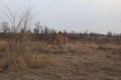 De vernietigde bouw op de achtergrond van aard Stock Afbeelding